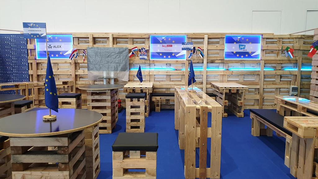 Lounge aus Palettenwänden und Palettenmöbeln