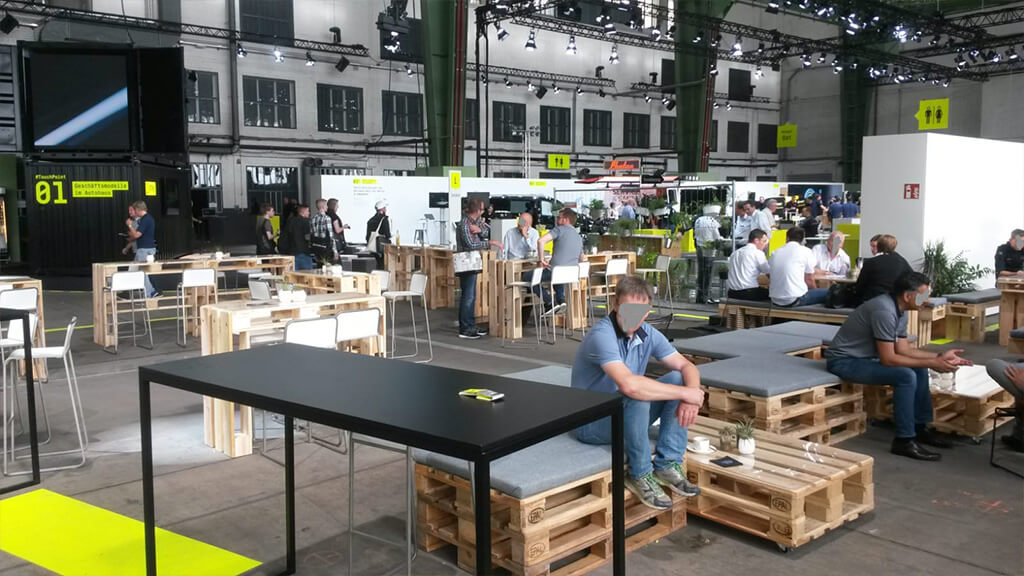 Paletten mit Sitzkissen bei der Automesse im Flughafen Tempelhof