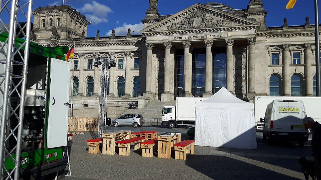 Bierzeltgarnituren aus Paletten vor dem Reichstag in Berlin