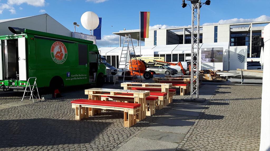 Bierzeltgarnituren aus recycelten Paletten auf einem Platz