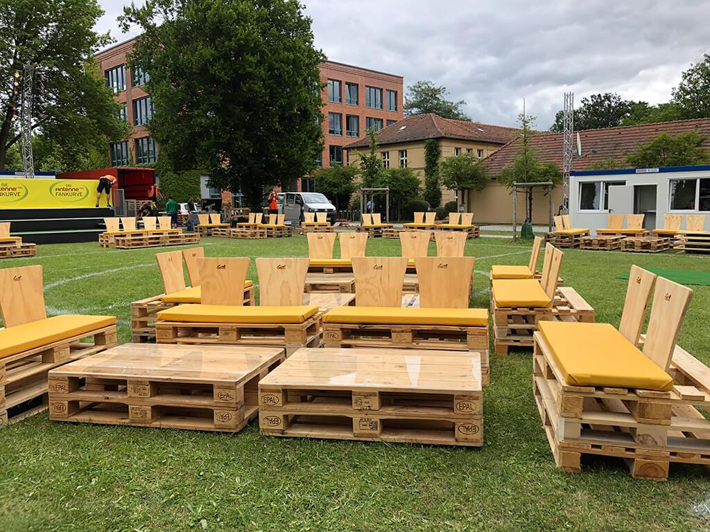 Tische und Sitzmöbel aus Paletten auf Rasen