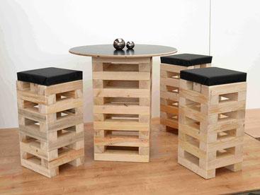Bistrotisch und -stühle aus Paletten
