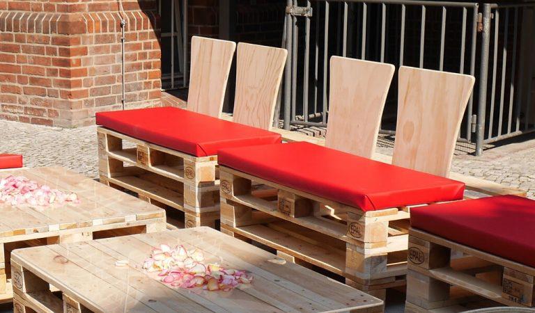 Palettenmöbel mit roten Sitzkissen